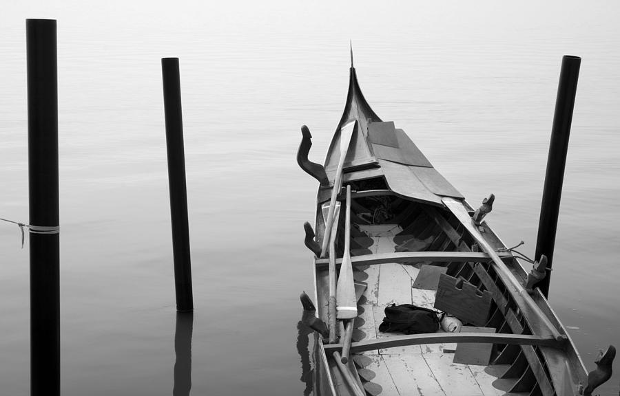 Venice Photograph - Boat In Venecia by Zarija Pavikevik