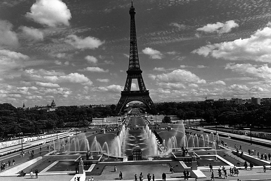Black Photograph - Bw France Paris Fontain Chaillot Tour Eiffel 1970s by Issame Saidi