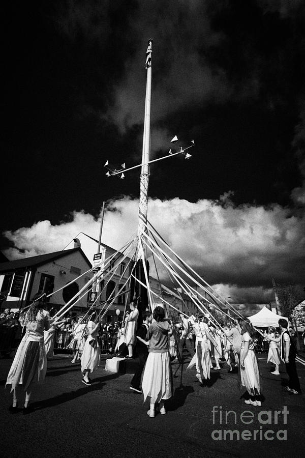 Children Dancing Around The Holywood Maypole On May Day In