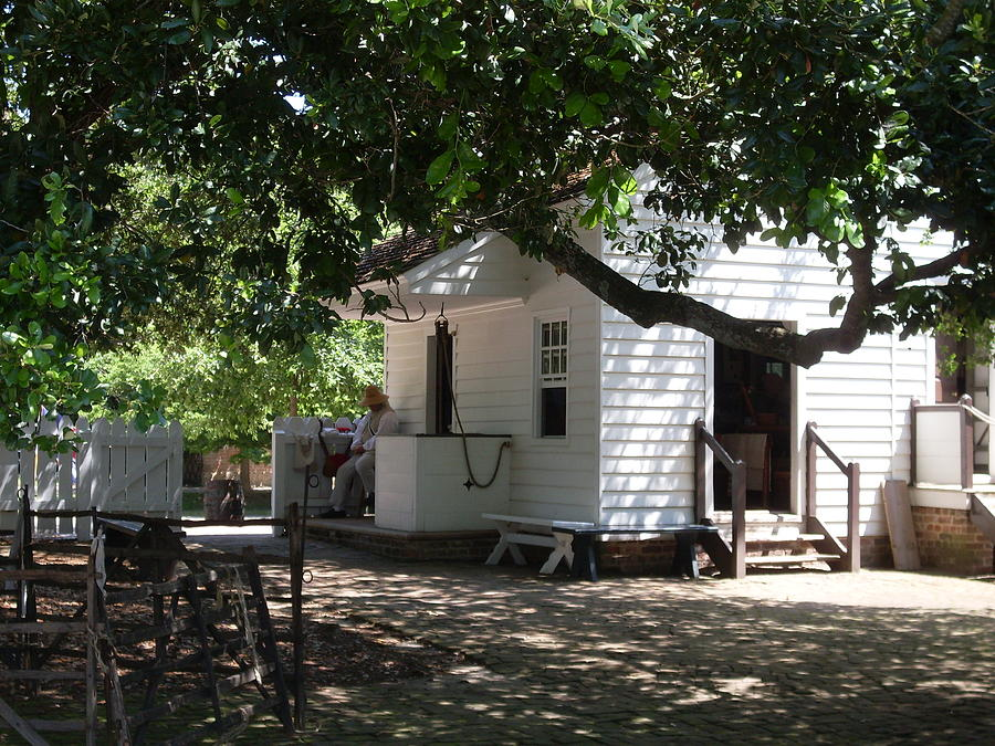 Colonial Williamsburg Photograph - Colonial Weavers Building by Lisa A Bello