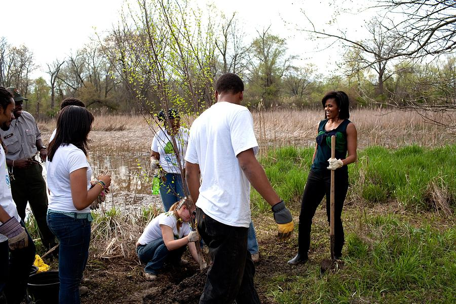 History Photograph - First Lady Michelle Obama Helps Plant by Everett
