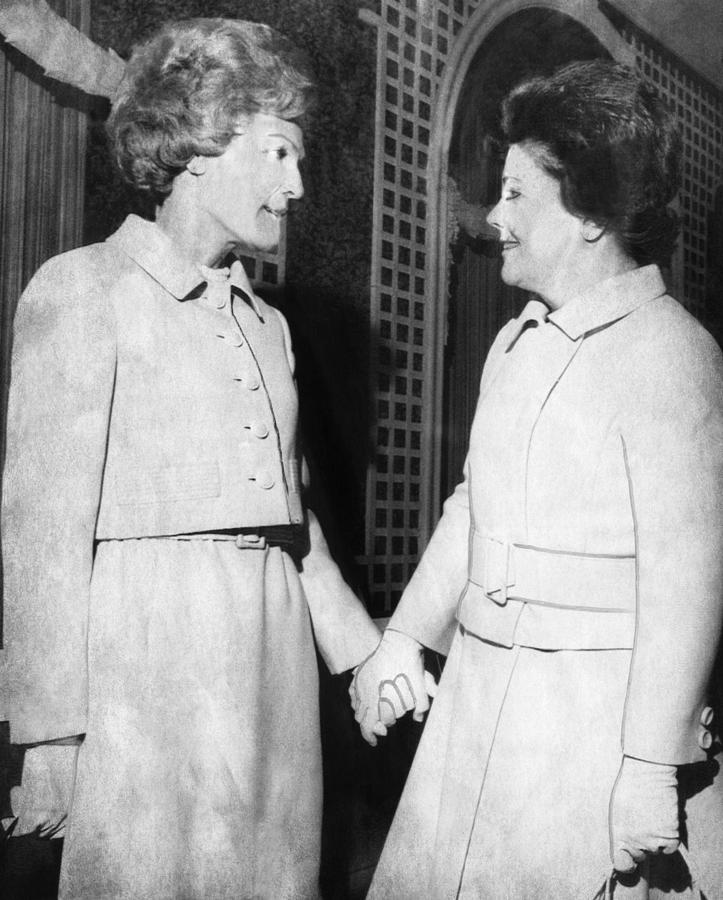 1970s Photograph - First Lady Patricia Nixon Hold Hands by Everett