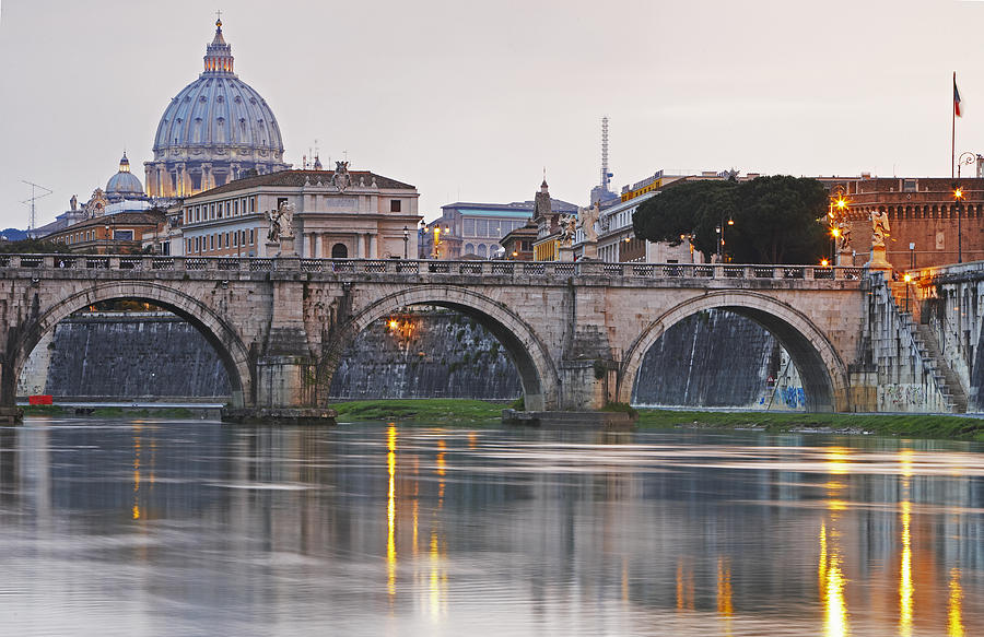 The Vatican Seen Past the Tiber River, Rome, Italy загрузить