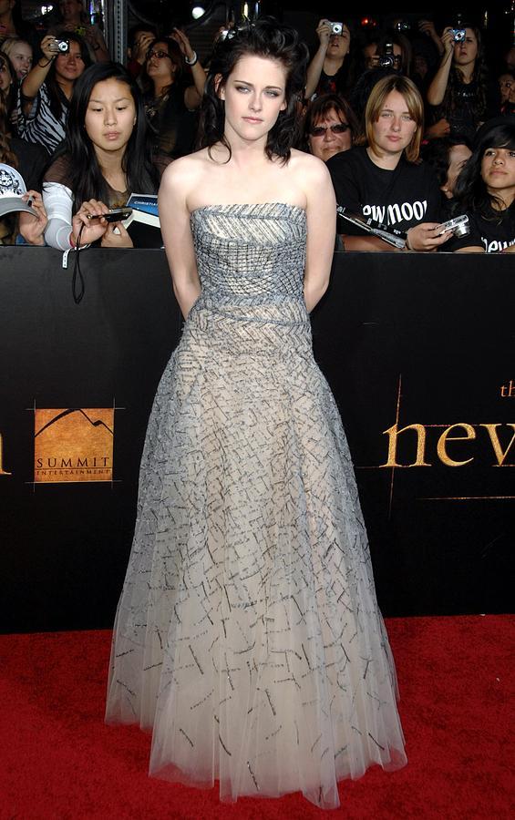 Kristen Stewart Photograph - Kristen Stewart Wearing An Oscar De La by Everett