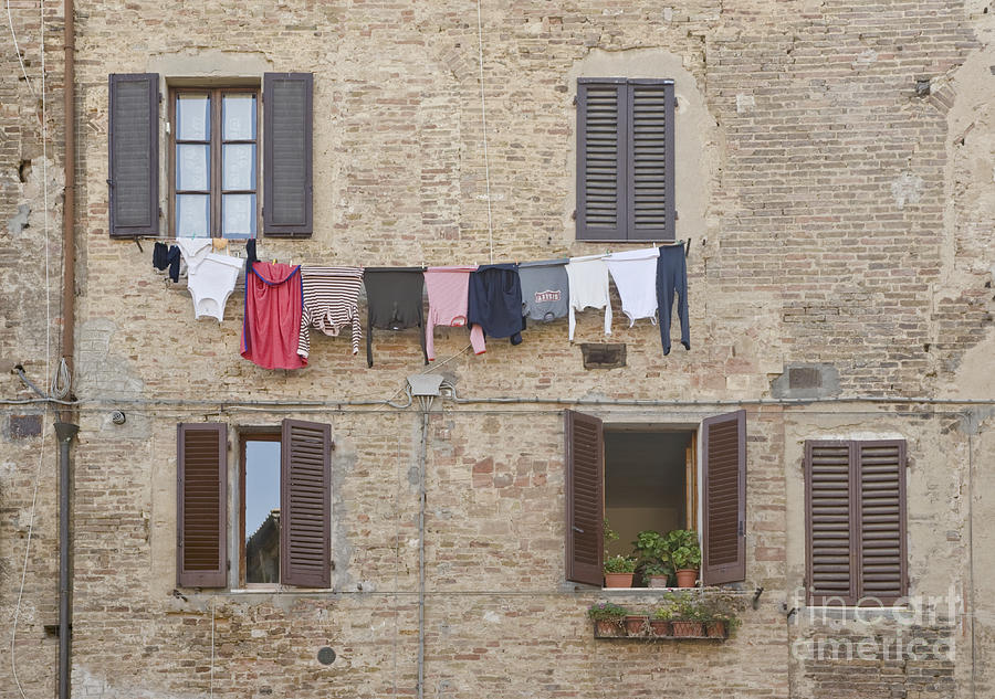 Architectural Detail Photograph - Laundry Out To Dry by Rob Tilley
