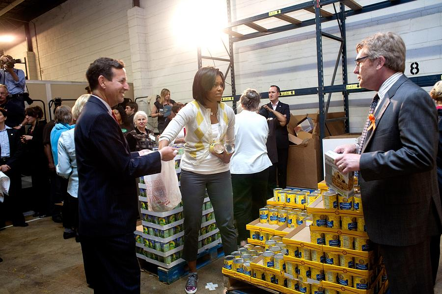 History Photograph - Michelle Obama Volunteers For Feeding by Everett