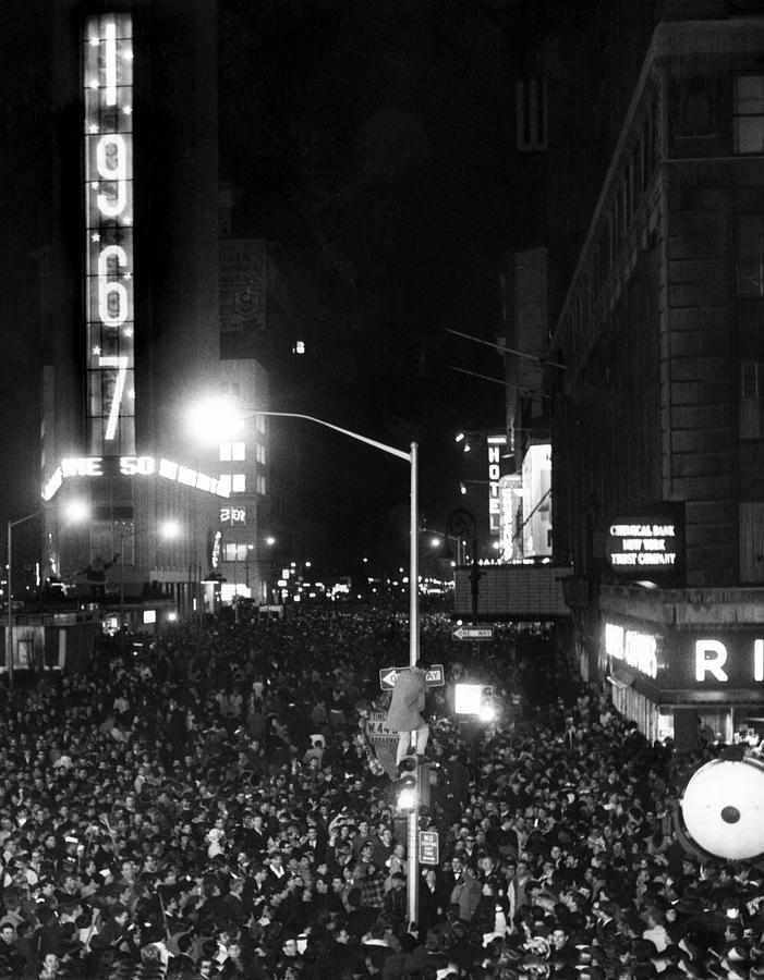 1960s Photograph - New Years Eve Celebration In Times by Everett