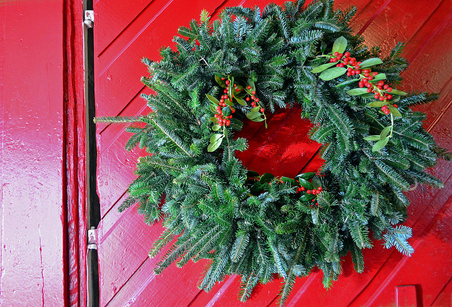 Christmas Wreath Photograph - Old Mill Of Guilford Door Wreath by Sandi OReilly