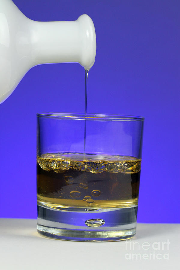 Vinegar Photograph - Pouring Oil Into Vinegar by Photo Researchers, Inc.