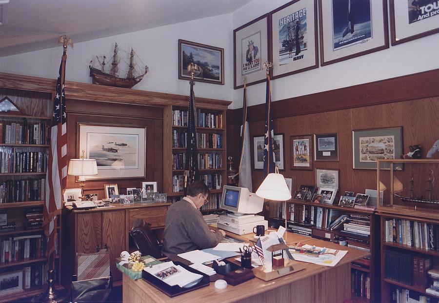 History Photograph - President George Bush Works by Everett
