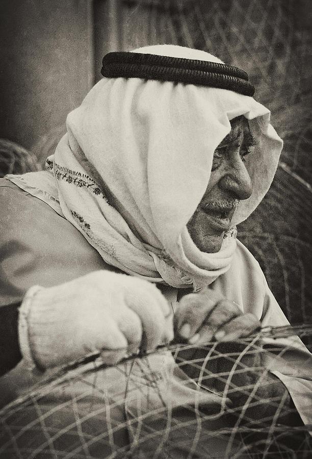 Qatar Photograph - Qatari Fish-trap Maker by Paul Cowan