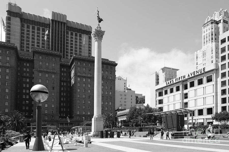 Black And White Photograph - San Francisco - Union Square - 5d17933 - Black And White by Wingsdomain Art and Photography