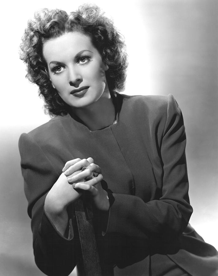 1940s Portraits Photograph - This Land Is Mine, Maureen Ohara, 1943 by Everett