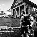 tourists watching street performers in covent garden London England UK by Joe Fox