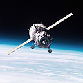 Iss Crew Arriving By Soyuz Spacecraft by NASA / Science Source