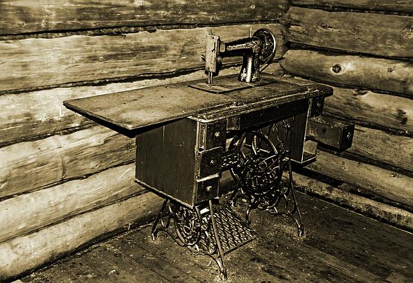 Debbie Oppermann - Vintage Singer Sewing Machine