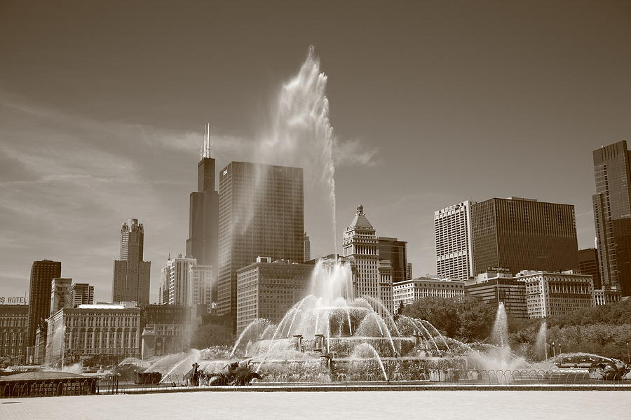 America Photograph - Chicago Skyline And Buckingham Fountain by Frank Romeo