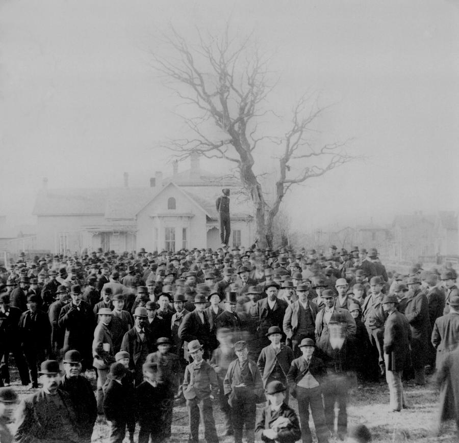 History Photograph - 1000 People Gather To See The Body Of by Everett