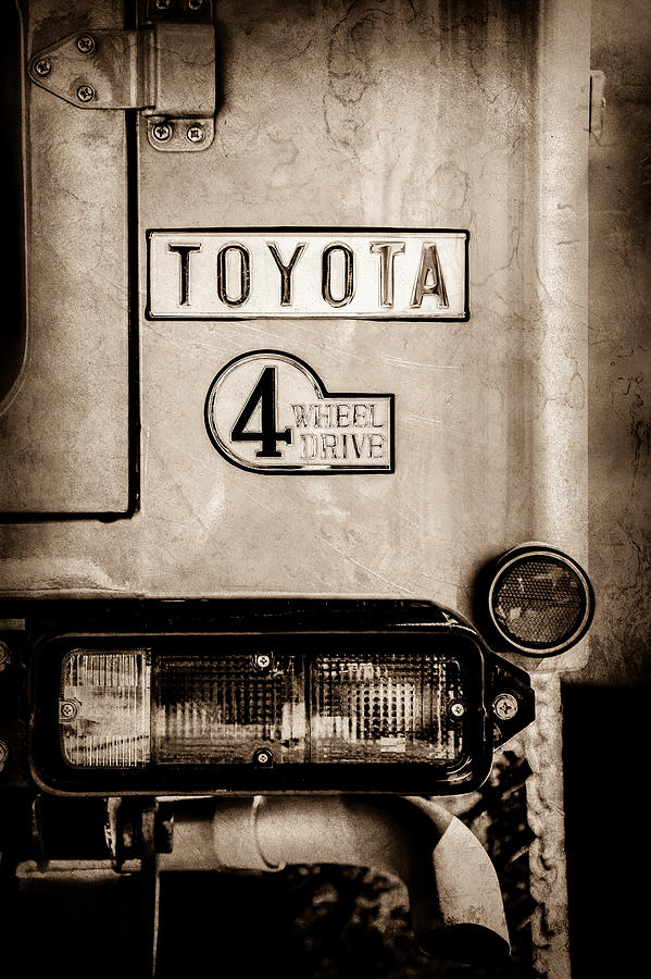 Toyota Pictures Photograph - 1978 Toyota Land Cruiser Fj40 Taillight Emblem -1191s by Jill Reger