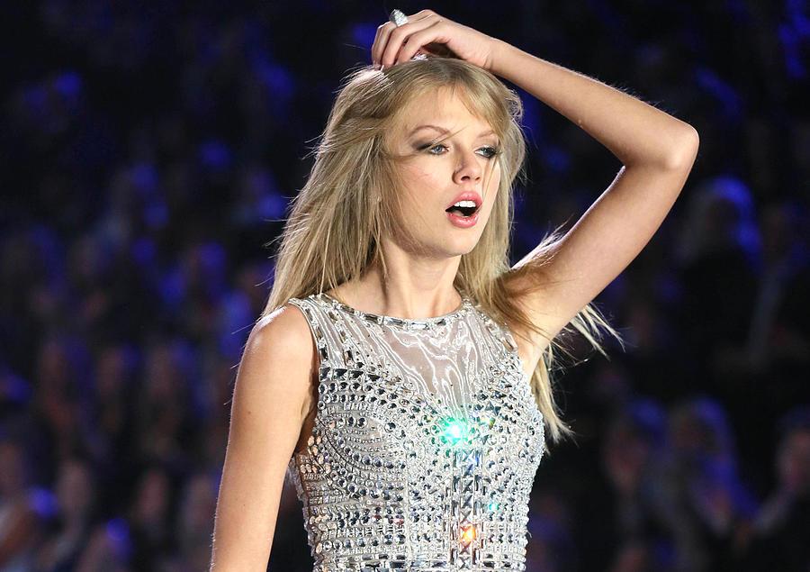 Taylor Swift Digital Art - Taylor Swift by Maye Loeser