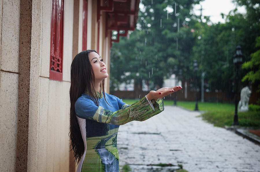 3-vietnamese-women-wear-ao-in-the-rain-ao-dai-is-famous-traditional-custume-for-woman-in-vietnam-huynh-thu.jpg