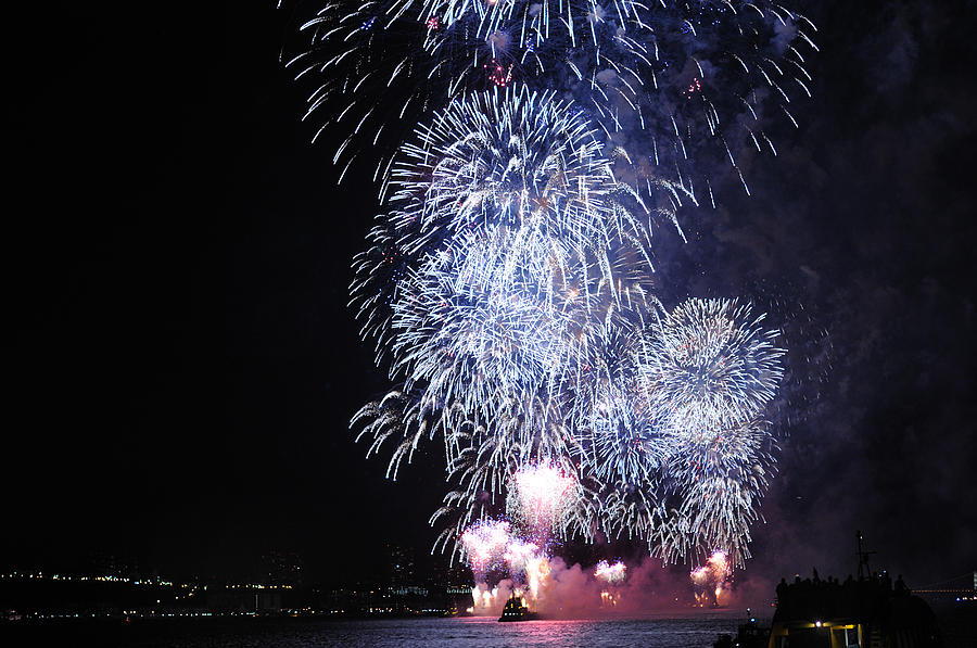 Fireworks Photograph - Fireworks On The Hudson by Terese Loeb Kreuzer