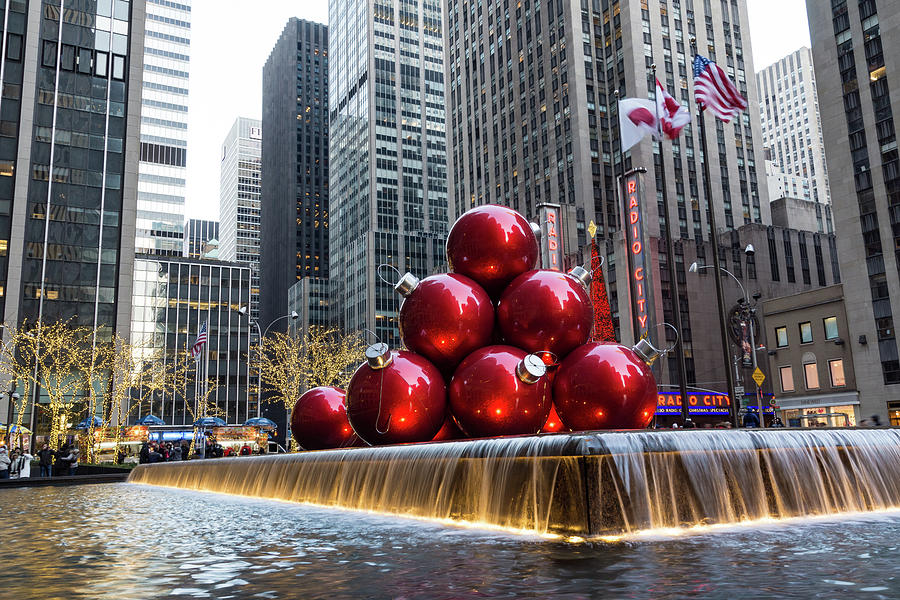 A Christmas Card From New York City - Giant Red Balls Pyramid And ...