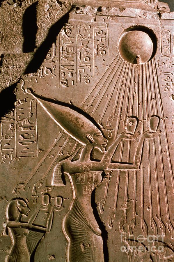 Ikhnaton Photograph - Akhenaton With Sun God by Science Source
