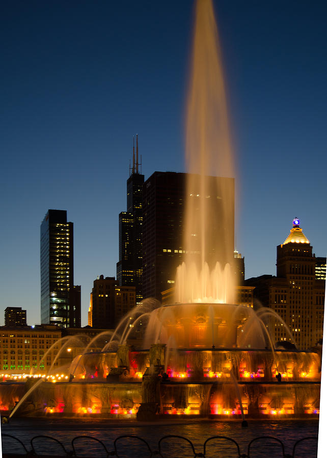 Night Time at Buckingham Fountain by Tom Potter