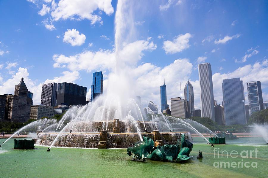 America Photograph - Chicago Skyline With Buckingham Fountain by Paul Velgos
