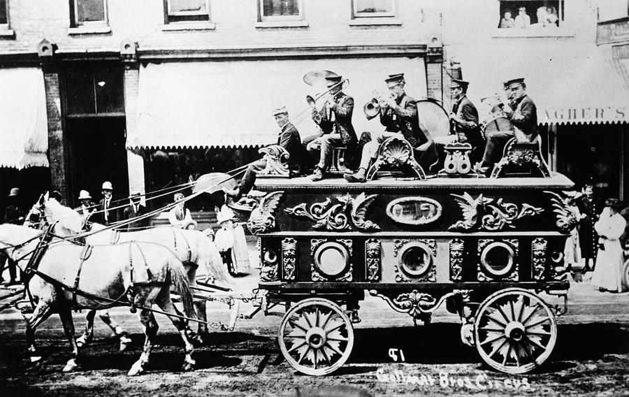 circus-bandwagon-1900-granger.jpg