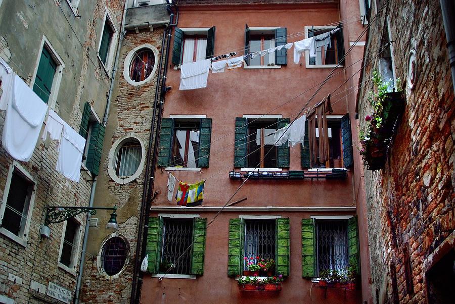 Courtyard Venice Italy Photograph By John Gilroy