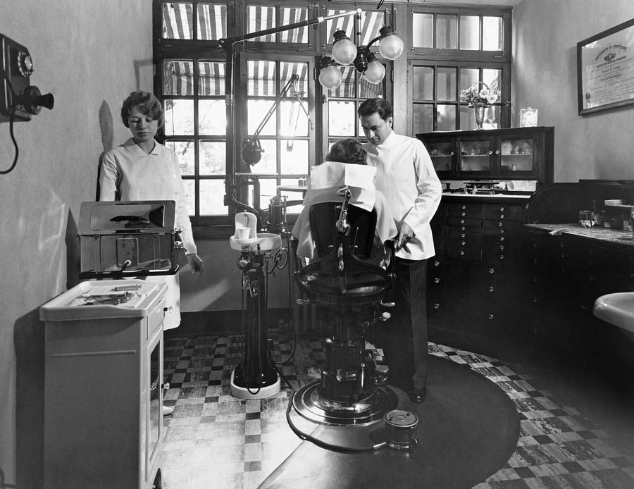 1920s Photograph - Dentist Office At Sanatarium by Underwood Archives