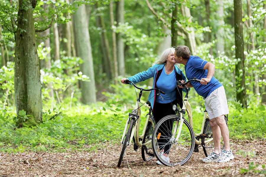 elderly-couple-kissing-in-the-woods-mich