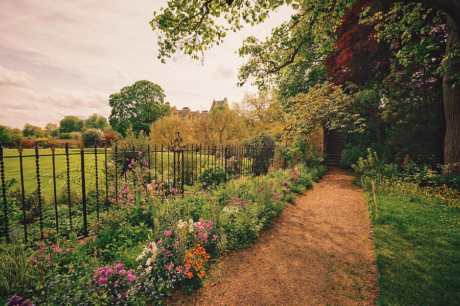 La pratique des vertus chrétiennes -  devoir de tous les hommes - Angleterre - année 1722 England-country-garden-and-flowers-vivienne-gucwa