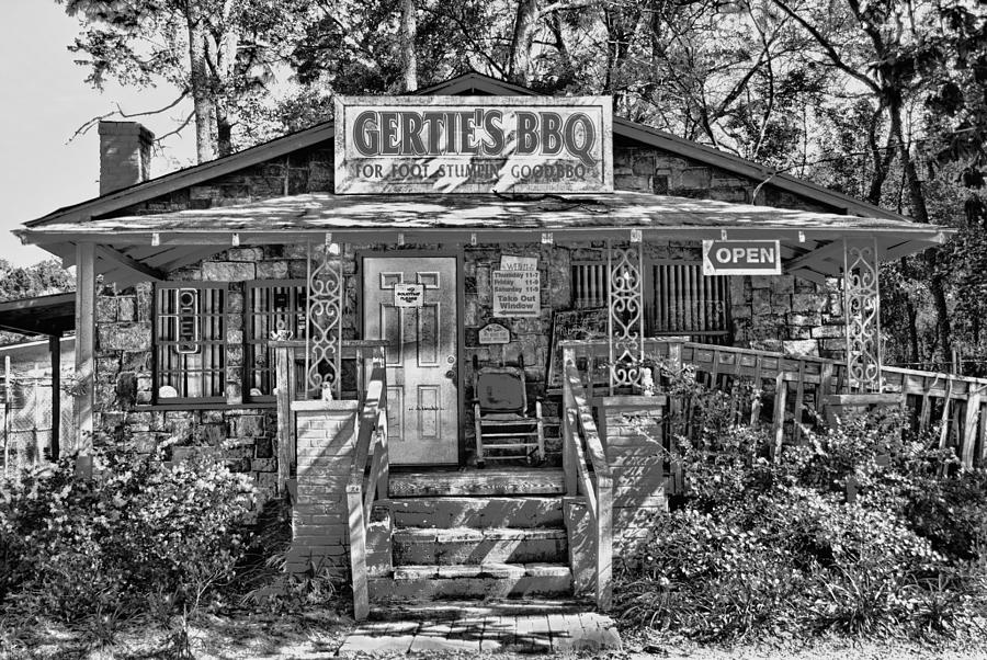 Bbq Restaurants Photograph - Gerties A Weekend Tradition by Frank Feliciano