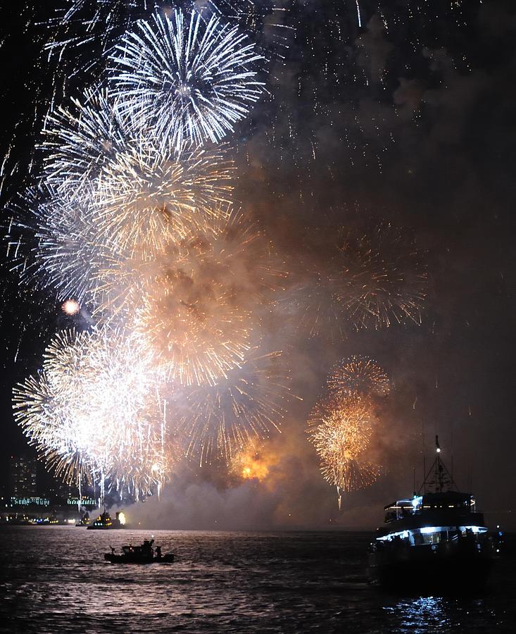 Fireworks Photograph - Hudson River Fireworks by Terese Loeb Kreuzer