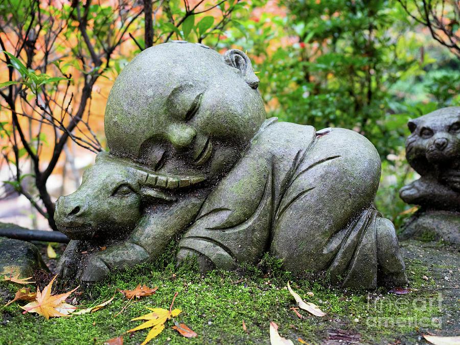 Génie, exauce mon voeu ! - Page 12 Jizo-bosatsu-sleeping-on-a-cow-daisho-in-temple-miyajima-island-japan-mark-carnaby