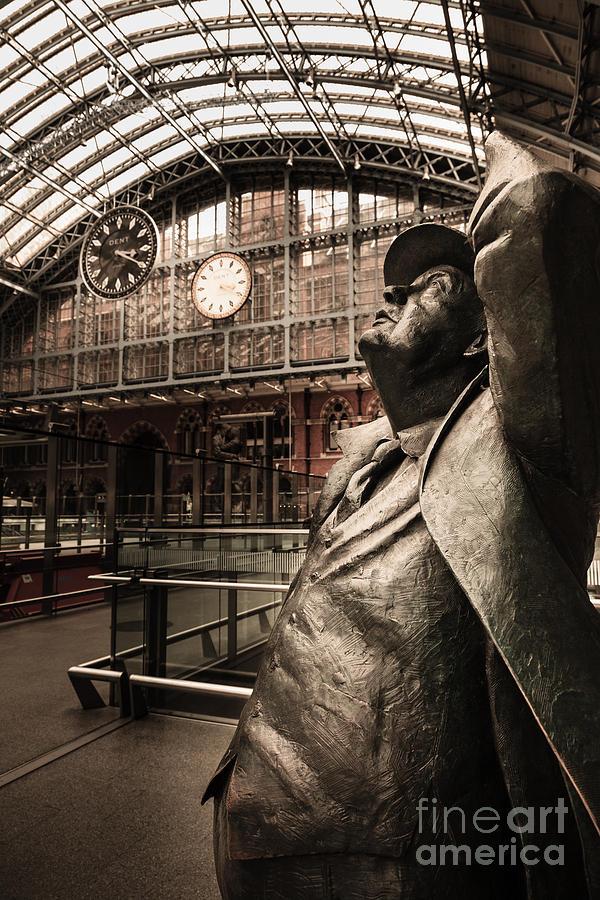 John Betjeman and Dent clockat St Pancras Railway Station by Peter Noyce