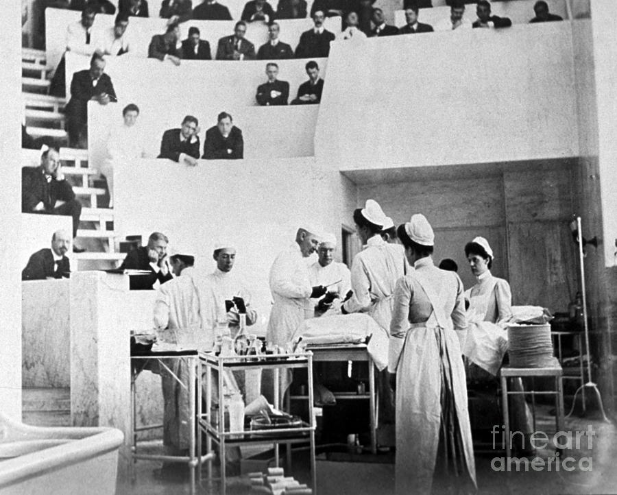 Medical Photograph - John Hopkins Operating Theater, 19031904 by Science Source