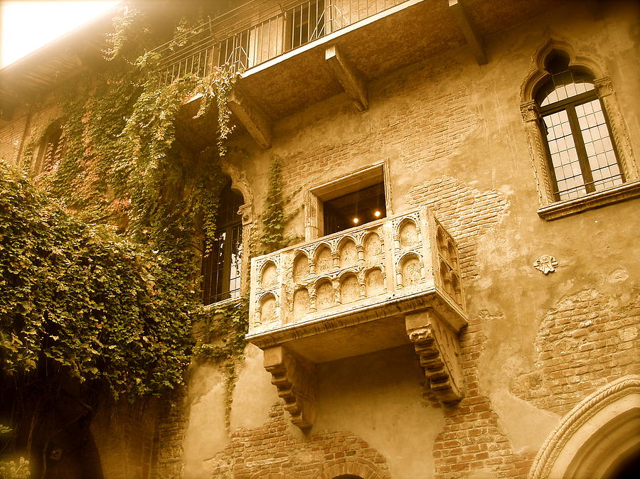 Building Photograph - Juliet by Santiago Rodriguez