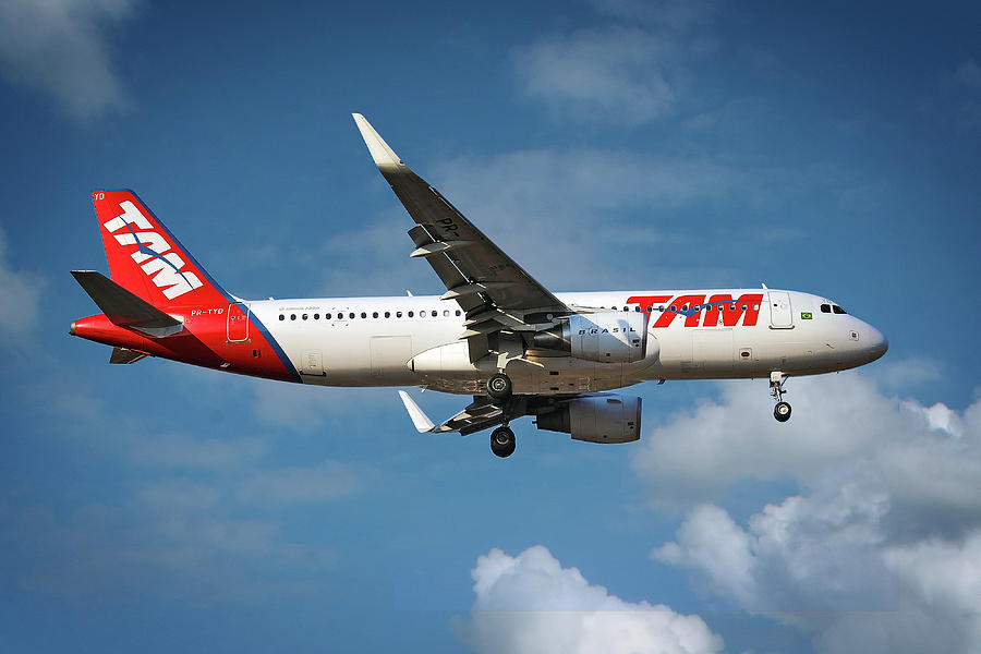 Latam Photograph - Latam Brasil Airbus A320-214 by Smart Aviation