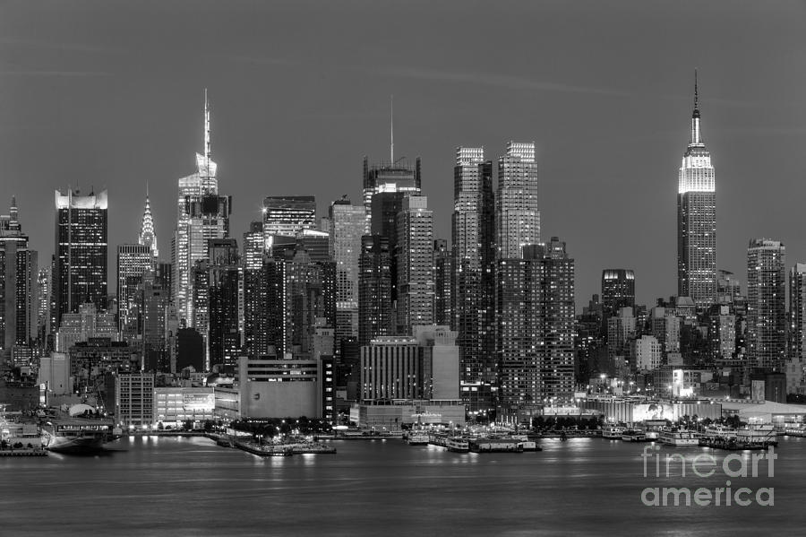 America Photograph - Manhattan Twilight Iv by Clarence Holmes