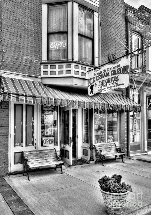 Hannibal Missouri Photograph - Mark Twains Town 2 Bw by Mel Steinhauer