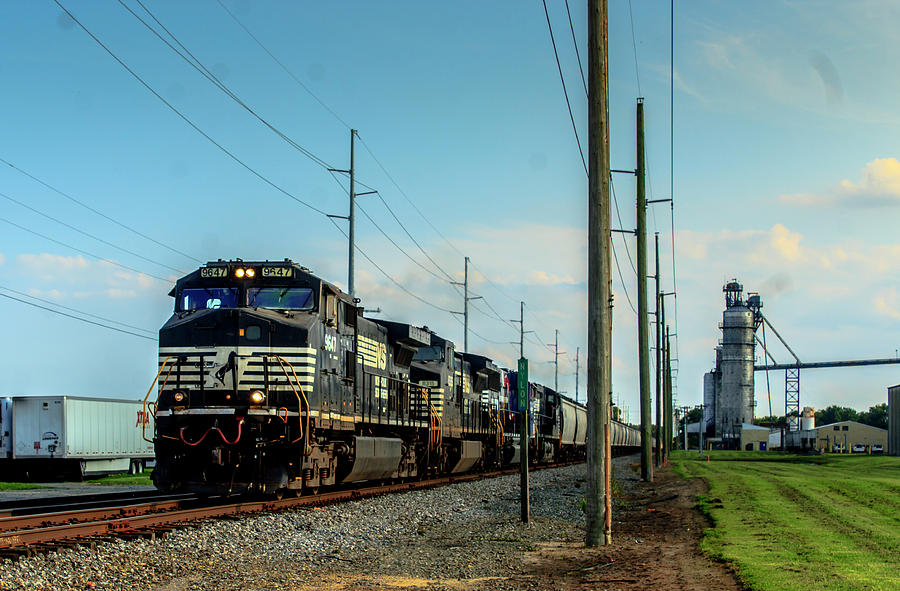 Norfolk Southern Photograph - Ns 51m Grain In Bridgeville by Andrew Craun