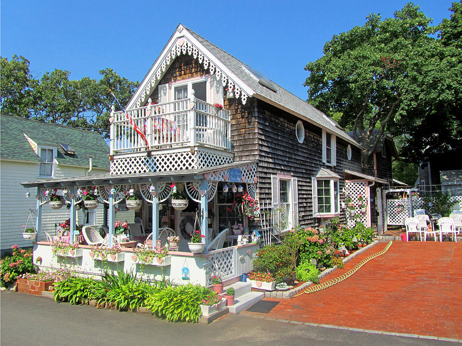 oak bluffs chat The alternative martha's vineyard that you won't read about in the press who follows in the footsteps of west as the oak bluffs columnist for the vineyard.
