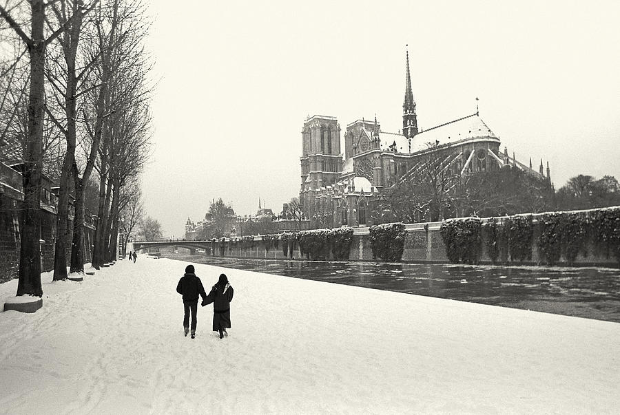 Black And White Photograph - Paris lovers in winter by Philippe Taka