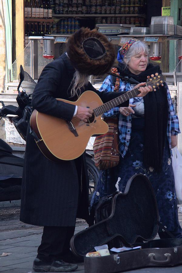 playing guitar. by Shlomo Zangilevitch
