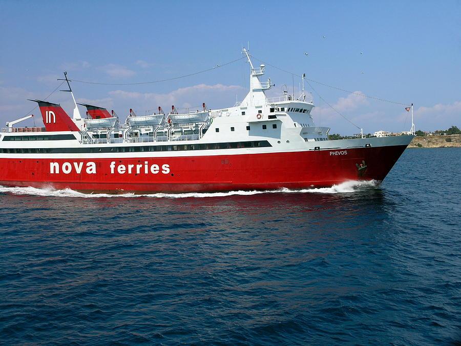 Arrivée des députés e la LEM à bord du Kelestania Red-ferry-boat-underway-sally-weigand