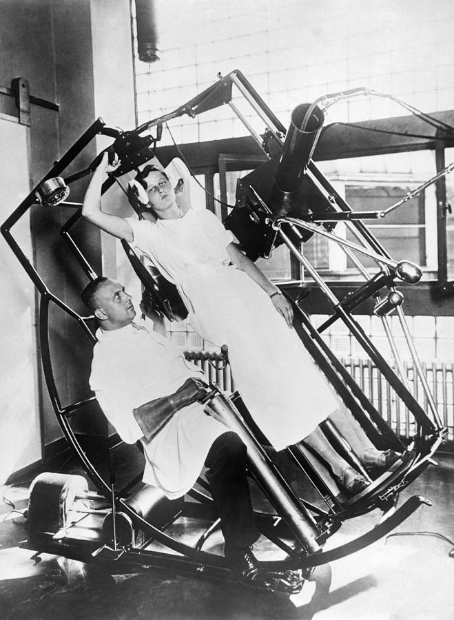 1920s Photograph - Roentgen X-ray Machine by Underwood Archives